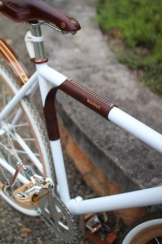 "Leather Bicycle Top Tube Protector, Shoulder Pad, and Carrier - The ""Portage Strap"" For those who prefer to take their bikes, this unique design offers an elegant and sophisticated solution. Leather v Bici Retro, Velo Retro, Velo Vintage, Vintage Bicycles, Etsy Vintage, Bici Fixed, Fixed Bike, Fixed Gear, Velo Design"