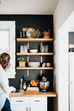 küche wand schwarz streichen kupfer holz akzente wandregale #innendesign #interiordesign