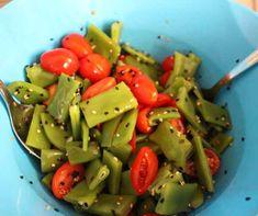Per preparare l'insalata di taccole al sesamo procuratevi: taccole, pomodori freschi e sesamo