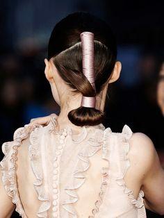Hollywood hat wieder einen neuen Haartrend. Die Haare. Die werden jetzt nämlich um Baumwoll-, Leinen- oder glänzenden Satinbänder gewickelt.