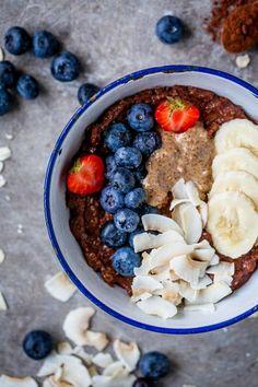 chokladgröt havregrynsgröt med kakao, banan och bär