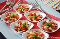 Een hapje met mozzarella, tomaat, basilicum, pijnboompitjes en balsamico. Weinig tijd om een borrelhapje te maken? Dan is deze mozzarella...