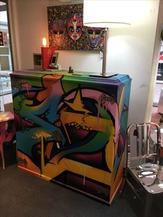 Mueble reciclado con graffiti, realizado en la Petite Galerie Buenos Aires Argentina