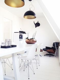 Comedor en blanco puro, negro, cobre, dorado, sillas Eames... • White, black, copper, gold, Eames chairs...