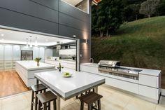 Designer Küche corian weiß Kochinsel glaswand landschaft draußen