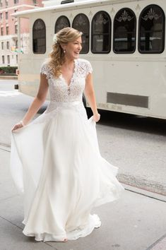 Reem Acra Gorgeous Girl Size 4 Wedding Dress for sale. A vintage dress guaranteed to turn heads on your wedding day! – OnceWed.com #usedweddingdresses #weddingdressforsale #savemoneyonweddingdress #budgetweddingdress #bargainweddingdress