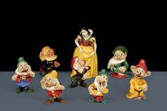 Biancaneve e i sette nani Terraglia modellata a stampo dipinta in policromia sotto vernice.