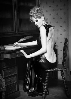 It's something about black and white photography that always seems to get my attention. Here are just a few of my favorite black and white fashion photographs by some top photographers. Photography Portfolio, Photography Women, Fashion Photography, Body Photography, Mode Vintage, Vintage Black, Dimples Of Venus, Portraits, Foto Art