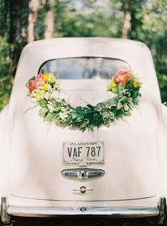 Wauw wat een leuke auto en wat een bloenwerk! | Trouwauto | Bloemwerk | Trouwen | Vervoer | #bruiloft #trouwen
