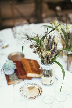 Centre de table ; centre table ; blé ; lavande ; vintage ; livres ; plante grasse Fleuriste : Shopping Flor (Nice)  © Reego Photographie