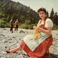 Ingrid Bergman knitting on the beach