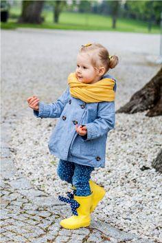 Polka Dot Jeans. Mooie outfit voor meisje geel blauw gele regenlaarsjes . Cool outfit for girl blue yellow rain boots