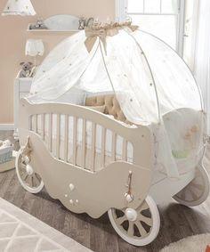 Παιδικό δωμάτιο  βγαλμένο από τον κόσμο των παραμυθιών. Βρεφικό κρεβάτι άμαξα σαν την άμαξα της Σταχτοπούτας, επενδυμένο με ιδιαίτερο καπιτονέ ύφασμα,  σεντόνια, μαξιλάρια