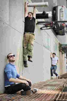 jeu d'angle sur la photographie dans laquelle pose quatre hommes