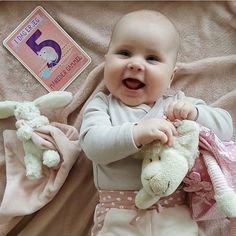 : @alvashome. Gratulerer med 5 mnd dagen vakreste Filippa  Disse søte milestone kortene får du kjøpt hos www.dinbabyshower.no #milestonebabycards #gave #gaveideer #detlilleekstra #dinbabyshower #nettbutikk #babyshower #dåp #navnefest #fødsel #gravid #baby