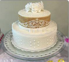 Bolo de Batizado - 85 Modelos Com Fotos e Passo a Passo Bolo Sofia, Pasta Cake, Candy Store, Chocolate, Vanilla Cake, Flower Designs, Fondant, Wedding Cakes, Flowers