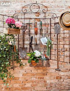 01-no-jardim-as-ferramentas-sao-organizadas-com-carinho