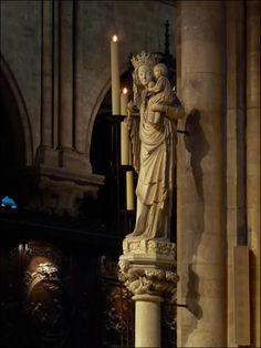 W katedrze jest aż 37 rozmaitych przedstawień Matki Boskiej, ale tylko jedną z nich uważa się za patronkę kościoła. Jest nią Notre Dame de Paris /Nasza Pani/. To XIV wieczna figura Madonny z Dzieciątkiem, która pierwotnie znajdowała się w kaplicy św.Aignana w innym klasztorze na wyspie. W 1818 roku przeniesiono ją do katedry i ustawiono w portalu Matki Boskiej. Na dzisiejsze miejsce trafiła dopiero podczas rekonstrukcji w 1855 roku. Katedra Notre-Dame w Paryżu ~ Wycieczki wkraj'a