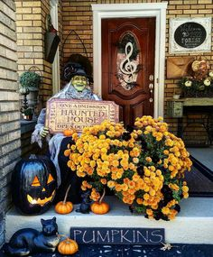 Do you love DIY Halloween decorating ideas? Then you have come to the right place! Halloween decor at the yellow...