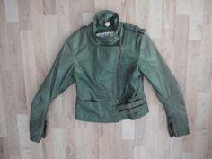 Campera de cuero verde botella #LasPepas #ComoNueva #ModaSustentable. Compra esta prenda en www.saveweb.com.ar!