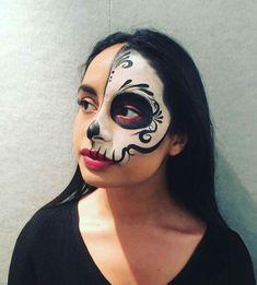 Dag van de dode make-up Skeleton Face Paint, Sugar Skull Face Paint, Sugar Skull Make Up, Dead Makeup, Skull Makeup, Halloween Makeup Looks, Halloween Make Up, Facepaint Halloween, Fantasy Make Up