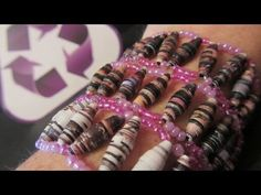 Reciclaje: Pulseras hechas con revistas. Bracelets made with magazines