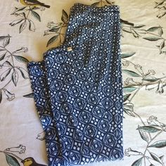 Hollister leggings Super cute blue and white patterned leggings. Cute under a tunic or alone. Shows some wear. Hollister Pants Leggings