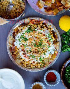 """Fatteh är en mycket populär rätt i Mellanöstern. Rätten har sina rötter i Libanon, Palestina och Syrien. Den kan tillagas på många olika vis, med bland annat kött, kyckling, aubergine eller vegetariskt. Riktigt gott! Du kan hitta recept på fatteh med kyckling HÄR! och fatteh med kött HÄR! Här kommer recept på """"fattet hummos"""" som betyder """"fatteh med kikärtor"""". Se steg för steg hur jag lagar min fatteh HÄR! 4 portioner fattet hummos 4 st pitabröd (libabröd) Rapsolja till fritering Yoghurtsås…"""
