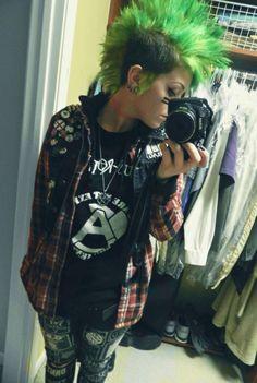 Punk girl, green Mohawk I was born in 1988 I I missed this look Hipster Grunge, Grunge Goth, Punk Goth, Pop Punk, Alternative Mode, Alternative Fashion, Punk Mohawk, Girl Mohawk, Punk Rock Girls