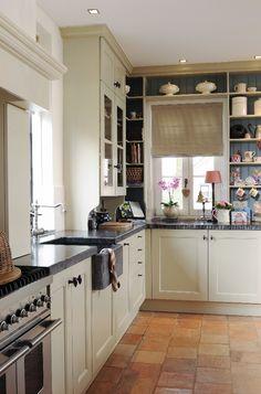 kast op het aanrecht met ruimte op het werkblad Kitchen Reno, Kitchen Remodel, Kitchen Cabinets, Kitchen Themes, Kitchen Colors, Rustic Country Kitchens, Interior Decorating, Interior Design, Sweet Home
