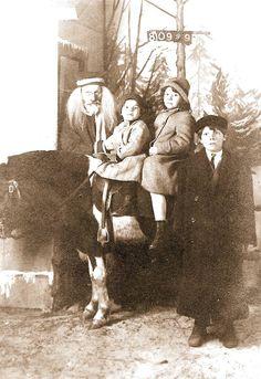 PHOTO - CHICAGO - SANTA CHRISTMAS PHOTO - 3 CHILDREN AND A PONY - SIEGEL COOPER STORE - MAIN FLOOR BALCONY - 1913