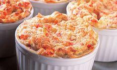 1 abobrinha média com casca  - . 1 chuchu médio descascado  - . 1 xícara (chá) de água  - . 2 ovos  - . 1 colher (sobremesa) de cebola ralada  - . Pimenta, sal e queijo ralado a gosto  - . 1 colher (sobremesa) de azeite   - . 2 colheres (sopa) de farinha  de trigo  - . 1 pitada de noz-moscada