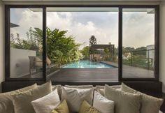 Álomotthon: medence a tetőn, függőleges kertek, és buja trópusi növényzet - Merryn Road 40 by Aamer Architects