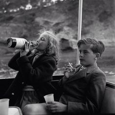 Princess Yvonne and Prince Alexander of Sayn-Wittgenstein-Sayn in 1955 / 100 ème anniversaire de Robert Doisneau. Robert Doisneau, Fotojournalismus, Photo Restoration, Vintage Photography, Classic Photography, Photography Kids, Minimalist Photography, Urban Photography, Color Photography