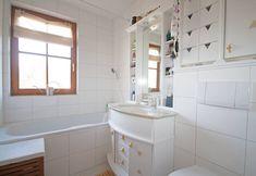 Das gemütliche Schlafzimmer der 2-Zimmer Wohnung in Salzburg führt auf einen Nord-Balkon, der sich z. B. ideal zum Wäsche trocknen eignet. Das klassische Wannenbad mit Fenster ist mit Handtuchtrockner u. WC ausgestattet Salzburg, Alcove, Bathtub, Bathroom, Cozy Bedroom, White Tiles, Windows, Balcony, Homes