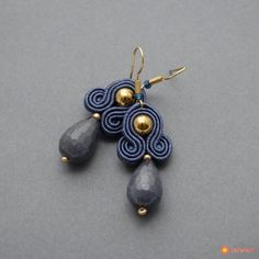 Małe kolczyki sutasz z jadeitami Fabric Earrings, Soutache Earrings, Fabric Jewelry, Leather Earrings, Beaded Earrings, Earrings Handmade, Handmade Jewelry, Beaded Bracelets, Macrame Earrings Tutorial