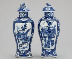 Par de vasos em porcelana Chinesa do sec.19th, 28cm de altura, 2,385 USD / 2,130 EUROS / 9,580 REAIS / 15,220 CHINESE YUAN soulcariocantiques.tictail.com