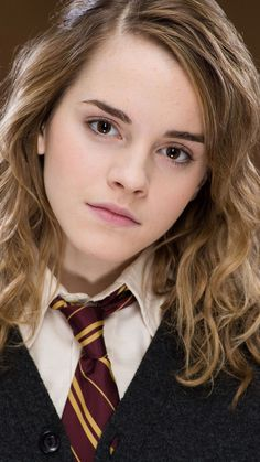Emma Watson as Hermione in harry potter Blaise Harry Potter, Harry Potter Hermione Granger, Harry Potter Cast, Harry Potter Characters, Ron Weasley, Hermione Hair, Harry Potter Universe, Emma Watson Movies, Enma Watson