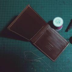 Làm phia ----------- Leather Wallet For Men ------------------ #dalat #leather #formen #fashion #money #moneyclip #leatherwallet #wallet #leathergoods #handmade #sunny #sunnyday #dog #beautiful #leatherhandmade #craft #diywallet #diy #bpleather #dalatcity #vietnamese by b0pham #tailrs