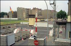 2187 Bordercrossing Chausseestrasse, Berlin 1989 F:  johan v elk