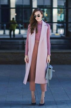 How To Wear A Blazer Like A Millionaire - 🌟 A blazer has the ability to really help you stand out at the office. Blazer outfits for work e - Rosa Blazer Outfits, Sleeveless Blazer Outfit, Vest Outfits For Women, Fall Outfits, Casual Outfits, Clothes For Women, Women Blazer Outfit, Long Vest Outfit, Outfit Winter