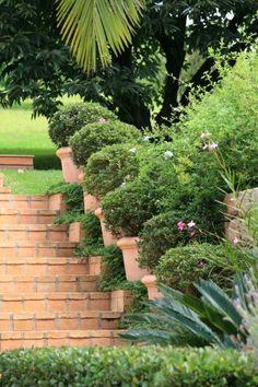 A Fazenda Cachoeira, em Cabreúva (SP), tem projeto paisagístico de Gilberto Elkis. O arquiteto elegeu o estilo provençal para os jardins, que exibem vegetação em poda, fontes e pedras definindo caminhos. As escadas também ganham vasos e arbustos
