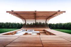 A área de estar está sobre um imenso jardim e é toda feita de madeira, exceto as…