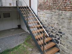 Escalier extérieur avec son garde corps
