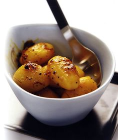 Cypriot-style oven roast potatoes (Adinaktes) with saffron and coriander Potatoes In Oven, Oven Roasted Potatoes, Home Recipes, New Recipes, Healthy Recipes, Greek Recipes, Indian Food Recipes, Swedish Recipes, Cypriot Food