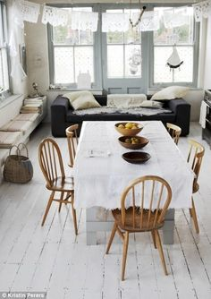 open-plan kitchen incorporates living and dining spaces divan built in seating Elle Decor, Salons Rectangulaires, Dining Area, Dining Table, Kitchen Dinning, Kitchen Rustic, Room Kitchen, Casa Patio, Sweet Home