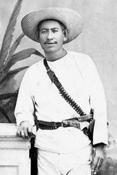 """Su nombre significa """"El que no se detiene a beber agua"""". Aunque existen discrepancias, se cree que el 21 de abril de 1887 José María Leyva Pérez, conocido como """"Cajeme"""", fue fusilado por el gobierno. Nacido en la comunidad yaqui de Hermosillo, defendió Guaymas de la invasión filibustera y después fue nombrado Alcalde Mayor de los yaquis. Lideró una rebelión contra el gobierno de Porfirio Díaz, fue capturado en Guaymas y fusilado en una localidad cercana."""