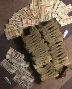 Mo Money, How To Get Money, Photographie Indie, Money On My Mind, Money Pictures, Money Stacks, Manifesting Money, Rich Life, Future Goals
