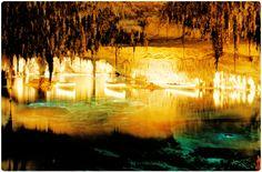 Esta es una de las clásicas atracciones turísticas de las Islas Baleares, las Cuevas del Drach – o Coves del Drac – son un deleite para el público por muchas razones, siendo la principal sus caprichosas formas. Se trata de una enorme extensión de tierra ondulante, de piedra arenisca y semipreciosas ágatas, las que entremezcladas crean las formaciones más extrañas, así de impactante es el brillo de sus cientos de estalactitas y estalacmitas.