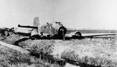 1940 Het wrak van een Duits transportvliegtuig, Junkers Ju 52, na een noodlanding op een weiland nabij Overschie.